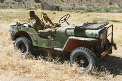 övergiven jeep Arkivfoto