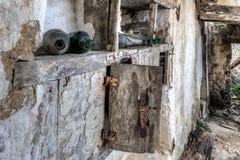 Övergiven källare med tomma vinflaskor Arkivbild