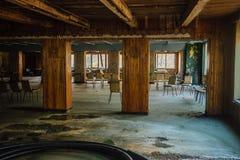 Övergiven kantin för barn` s Övergiven matsal i banbrytande läger Arkivfoto