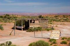 Övergiven koja på vägrenen som säljer Navajosmycken Royaltyfri Foto