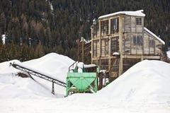 Övergiven konstruktionsplats på vintern. Santa Caterina i Valfurva Arkivfoton