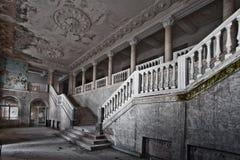 Övergiven korridor av ett rikt hotell med kolonner, lyxen av declien arkivbild