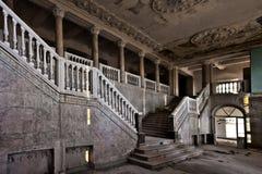 Övergiven korridor av ett rikt hotell med kolonner, lyxen av declien royaltyfri fotografi