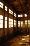 Övergiven korridor i den bryta fabriken royaltyfri foto