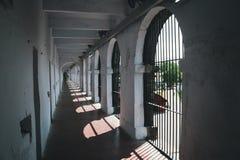 övergiven korridor i gammalt fängelse arkivfoto