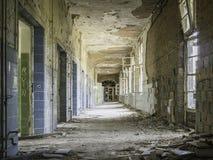 Övergiven korridor i sjukhus arkivfoto