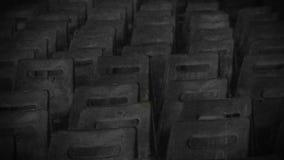 Övergiven korridor med rader av tomma stolar, åminnelse av förintelseoffren arkivfilmer