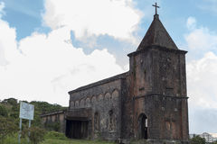 Övergiven kristen kyrka överst av det Bokor berget arkivbilder