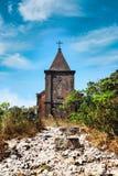 Övergiven kristen kyrka överst av det Bokor berget i den Preah Monivong nationalparken, Kampot, Cambodja arkivfoto