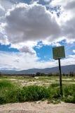 Övergiven kurs för golfkörningsområde i Borrego Springs, Kalifornien Endast återstår ett rostigt tecken royaltyfria bilder