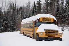 Övergiven kuslig skolbuss Royaltyfri Foto