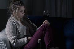 Övergiven kvinna som dricker vin bara Royaltyfri Bild