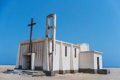 Övergiven kyrka i den Namibe öknen Angola kyrka av Poren Royaltyfri Foto