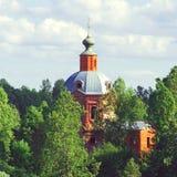 Övergiven kyrka i mitt av en skog Arkivfoto