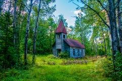 Övergiven kyrka i skogen royaltyfria foton