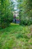 Övergiven kyrka i skogen fotografering för bildbyråer