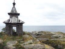 Övergiven kyrka på en stenig ö fotografering för bildbyråer