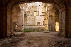 övergiven kyrklig korridor Royaltyfri Bild