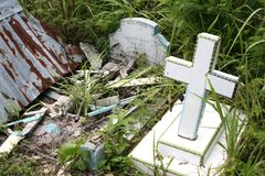 Övergiven kyrkogård, gravar och fördärvade gravstenar Arkivbilder