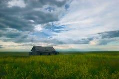 övergiven ladugård över sunrays Arkivbild