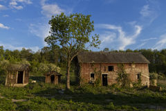 Övergiven ladugård med ut byggnader Arkivfoto