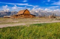 Övergiven ladugård på mormonrad i storslagna Teton NP, USA Arkivfoton