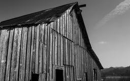 Övergiven ladugård, svartvit bild Arkivfoton
