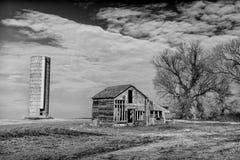 Övergiven lantbrukarhem och Silo i svartvitt Fotografering för Bildbyråer