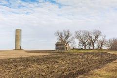 Övergiven lantbrukarhem och Silo i svartvitt Arkivfoton