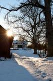 Övergiven lantgård i Sverige i vinter Arkivfoto