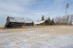 Övergiven lantgård i vinter Arkivfoton