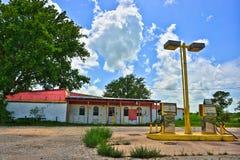 Övergiven lantlig bensinstation nära Elgin Texas Arkivbilder