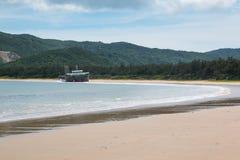 Övergiven lastfartygsegling på stranden Royaltyfria Foton