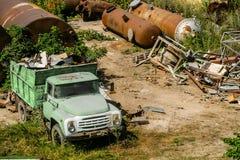 Övergiven lastlastbil på en metallförrådsplats Arkivfoton