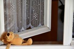 Övergiven leksak, öppet fönster Arkivfoton
