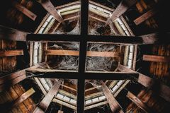 Övergiven loft mycket av spindelrengöringsdukar royaltyfri foto