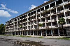 Övergiven mång--berättelse byggnad Övergiven sanatorium eller sovsal i Abchazien, Georgia Arkivbild