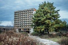 Övergiven mång--berättelse byggnad Övergiven sanatorium eller sovsal i Abchazien, Georgia Arkivfoton