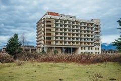 Övergiven mång--berättelse byggnad Övergiven sanatorium eller sovsal i Abchazien, Georgia Royaltyfri Bild