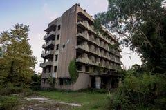 Övergiven mång--berättelse byggnad Övergiven sanatorium i Eshera, Abchazien, Georgia Fotografering för Bildbyråer