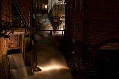 övergiven mörk fabrik Arkivbild