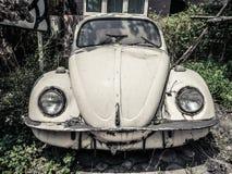 Övergiven mytisk gammal tysk bil i natur arkivfoto