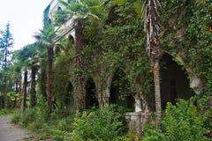 Övergiven och bevuxen herrgård i orientalisk stil Begrepp av saga 1001 på nätterna Royaltyfri Bild
