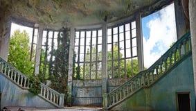 Övergiven och bevuxen inre av den gamla herrgården Arkivfoton