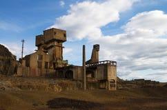 Övergiven och fördärvad svavelextraktionugn på den SaoDomingos minen Royaltyfri Foto