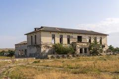 Övergiven och förstörd skola broken fönster Abandoned förstörde hus Övergav byar i Krim arkivbild