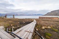 Övergiven Pyramiden town i arktisk region Arkivfoton
