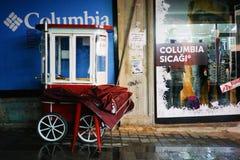 Övergiven röd kiosk på hjul på en regnig natt Royaltyfri Foto