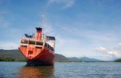 Övergiven röd ship i floden Royaltyfri Bild