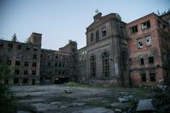 Övergiven röd triangel för fabrik, St Petersburg, Ryssland Arkivbilder